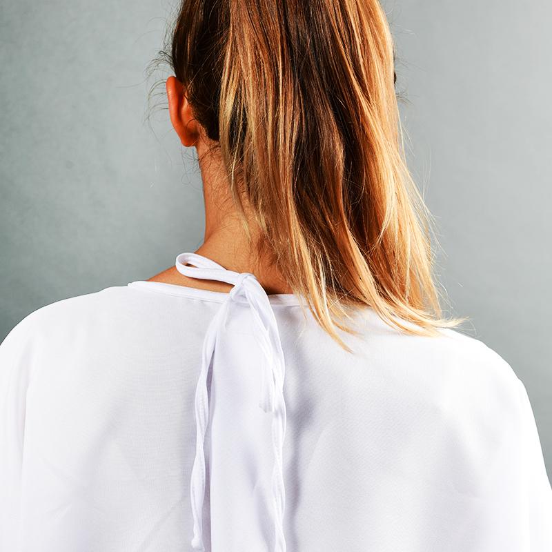 Modèle avec blouses 150gr en polyester détail fermeture
