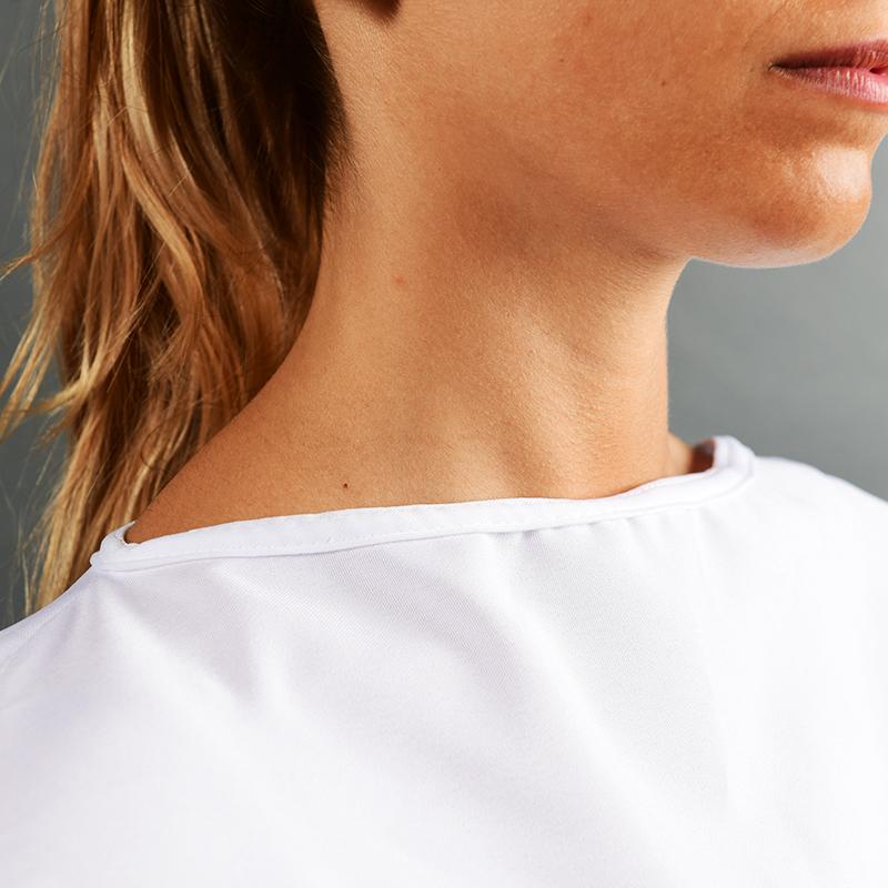 Modèle avec blouses 150gr en polyester zoom cou