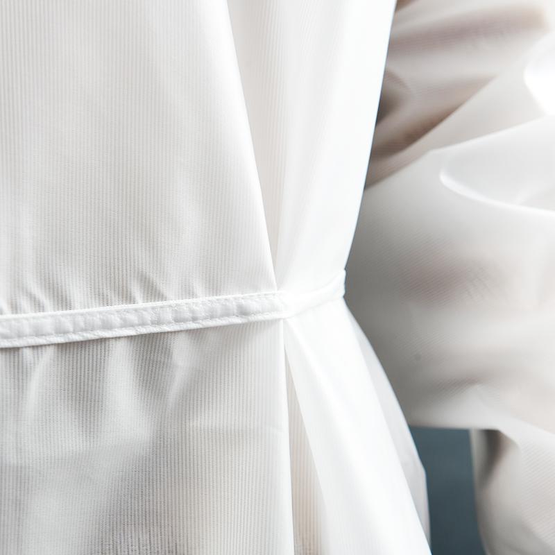 Modèle avec blouses 80gr en polyester et polyuethane détail ceinture