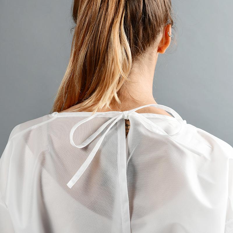 Modèle avec blouses 80gr en polyester et polyuethane détail fermeture